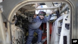 一名支持起义的利比亚女孩钻入班加西的一辆军车内