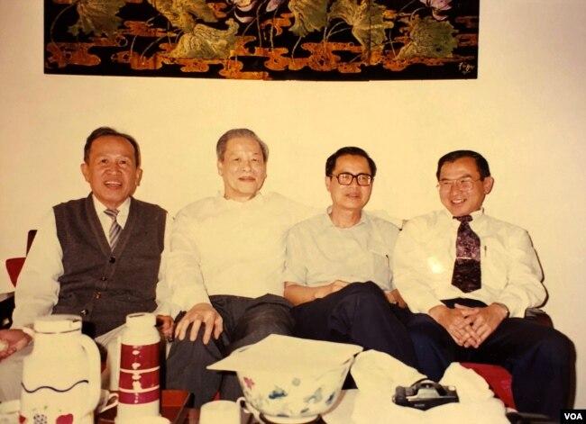 Tại nhà Gs Trần Ngọc Ninh 1994, từ trái: nhà văn Võ Phiến, Gs Trần Ngọc Ninh, Gs Nguyễn Văn Trung từ Montréal Canada, Ngô Thế Vinh. [tư liệu Ngô Thế Vinh]