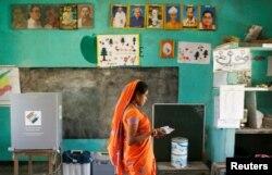 인도 아삼주 마주리섬의 투표소에서 여성이 투표를 마치고 떠나고 있다.