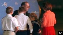 Jeffrey Fowle es recibido por su familia a su llegada a la Base Aérea Wright-Patterson en Ohio.