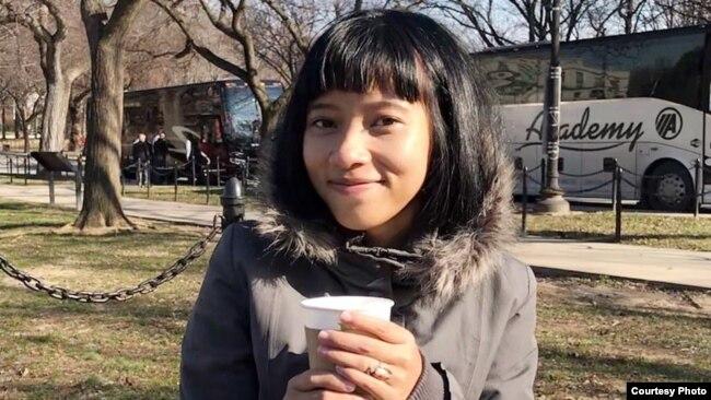 Allesia Weintraub, warga Indonesia desainer anting berbentuk tisu toilet berbahan tanah liat sintetis (dok: Allesia Weintraub)