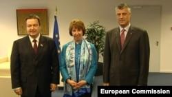 Premijer Srbije Ivica Dačić, Visoka predstavnica EU Ketrin Ešton i premijer Kosova Hašim Tači prilikom ranijeg susreta u Briselu (arhivski snimak)