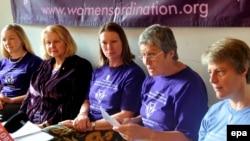 De gauche à droite, Aisha Taylor, Angelika Fromm, Marleen Wijdeveld, Anne Brown et Jennifer Stark, femmes prêtres non reconnues par le Vatican, lors d'une conférence de presse, Rome, 15 octobre 2008. (EPA/Claudio Peri)