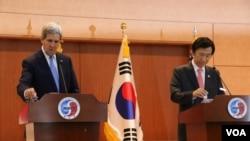 克里与尹炳世在记者会上(美国之音莉雅拍摄)