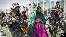 Nhân viên an ninh Afghanstan đưa các phần tử Taliban bị bắt trong lúc giả làm phụ nữ ra trước các nhà báo tại cục tình báo ở Mehterlam, tỉnh Laghman của Afghanistan