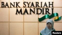 Seorang petugas Bank Syariah Mandiri di Jakarta.