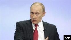 Thủ tướng Putin xuất hiện trên truyền hình để trả lời những cú điện thoại, những bức thư, hỏi về đủ mọi vấn đề trong suốt 4 giờ đồng hồ