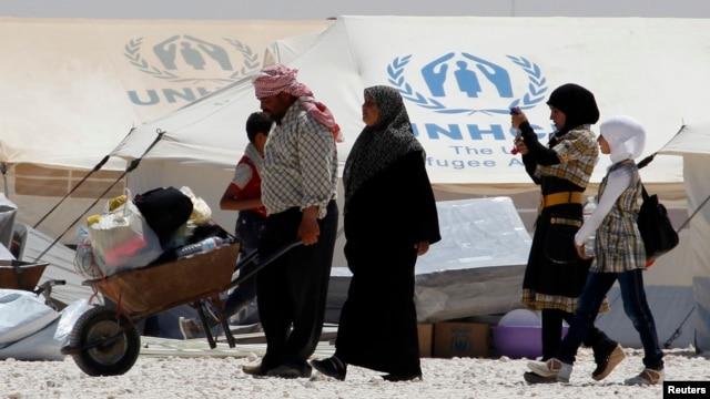 Pengungsi yang baru tiba dari Suriah menerima bantuan makanan dan obat-obatan di kemah penampungan Al-Zaatri di kota Mafraq, Yordania dekat Suriah (Foto: dok).