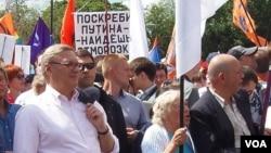 前总理卡西亚诺夫(左一)在2013年6月莫斯科的一次反政府集会上。(美国之音白桦拍摄)