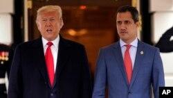 El presidente estadounidense, Donald Trump, y el presidente encargado de Venezuela, Juan Guaidó, posan para la prensa antes de su reunión en la Casa Blanca el 5 de febrero de 2020.
