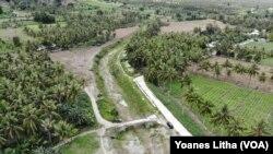 Saluran irigasi Gumbasa yang melintasi desa Kalawara di Kecamatan Gumbasa, Kabupaten Sigi, Sulawesi Tengah yang tidak lagi berfungsi sejak peristiwa gempa bumi 28 September 2018. (8 Juni 2019) (Foto: VOA/Yoanes Litha)