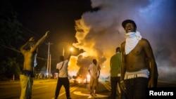 Desde hace una semana hay protestas todas las noches en Ferguson por la muerte de Michael Brown.