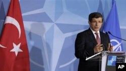 Turski ministar inostranih poslova Ahmet Davutoglu tokom obraćanja novinarima posle sastanka NATO u Briselu
