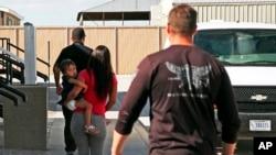 Muchos inmigrantes detenidos se sienten frustrados porque no saben hasta cuándo permanecerán detenidos.