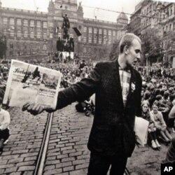 布拉格街头的群众示威集会