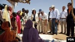 Para anggota delegasi PBB menemui para perempuan Sudan di kamp pengungsi Abu Shouk di luar kota El Fasher, Sudan utara kemarin.