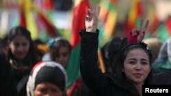 지난 2월 시리아 북부 터키 접경 도시 알데르바시야에서 쿠르드족 주민들이 터키 군의 공세에 항의하는 시위를 벌이고 있다.
