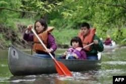 学生在齐卡布河上划船