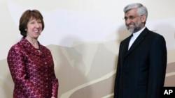 Trưởng ban chính sách đối ngoại EU Catherine Ashton (trái) và ông Saeed Jalili thuộc Hội đồng An ninh Quốc gia Tối cao của Iran tại cuộc họp ở Almaty, Kazakhstan, 5/4/13