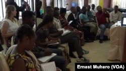 Des journalistes à la conférence de presse de MSF à Bukavu, 25 avril 2018. (VOA/Ernest Muhero)