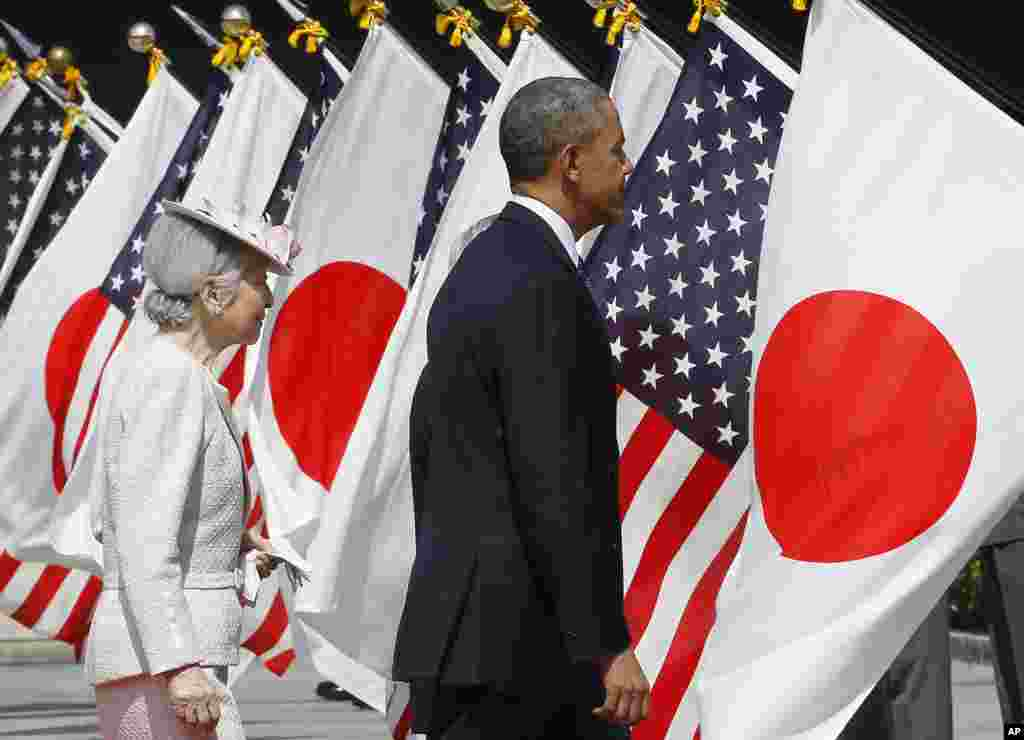 President Barack Obama and Japan's Empress Michiko attend a welcome ceremony at the Imperial Palace in Tokyo, April 24, 2014.