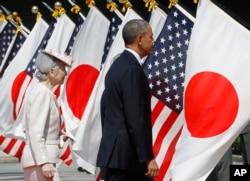 奥巴马总统和日本皇后美智子参加在日本皇宫举行的欢迎仪式(2014年4月24日)