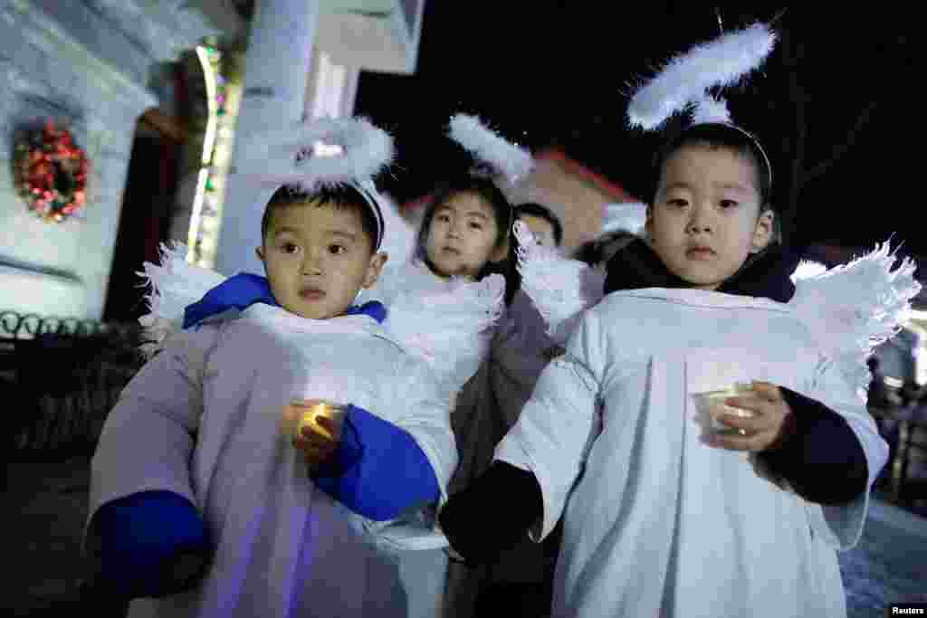 身穿天使服装的孩子们在北京天主教教堂参加圣诞节平安夜活动。(2017年12月24日)