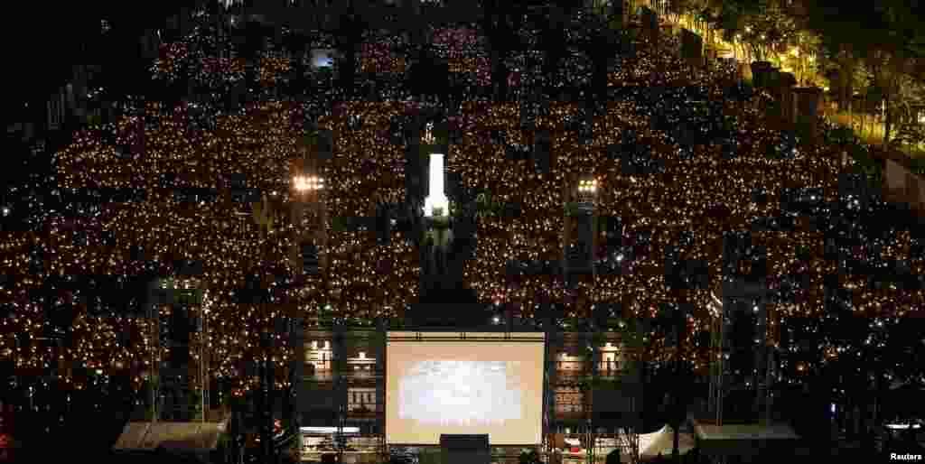 មនុស្សរាប់ពាន់នាក់ចូលរួមនៅក្នុងការកាន់ភ្លើងទៀនដើម្បីប្រារព្ធខួបលើកទី២៩នៃការបង្ក្រាបចលនាគាំទ្រលទ្ធិប្រជាធិបតេយ្យនៅទីលាន Tiananmen ក្នុងក្រុងប៉េកាំង ក្នុងឆ្នាំ១៩៨៩ នៅឧទ្យាន Victoria ក្នុងក្រុងហុងកុង ប្រទេសចិន។