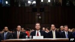 8일 상원 정보위 청문회에 출석한 제임스 코미(가운데) 전 연방수사국(FBI) 국장이 리처드 버 정보위원장의 모두 발언을 듣고 있다.