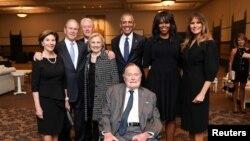 30일 서거한 조지 H. W. 부시(가운데 앉은 이) 전 미국 대통령이 지난 4월 텍사스주 휴스턴에서 거행된 부인 바버라 여사 장례식에서 역대 대통령 부부와 함께한 모습. 왼쪽부터 로라 부시 여사, 조지 W. 부시 전 대통령, 빌 클린턴 전 대통령, 힐러리 클린턴 전 국무장관, 바락 오바마 전 대통령, 미셸 오바마 여사, 멜라니아 트럼프 여사.