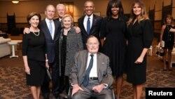 ကန္သမၼတေဟာင္း George H. W Bush (ေရွ႕ဆံုး) ၊ သား သမၼတေဟာင္း ဘုရွ္နဲ႔ ဇနီး ေလာ္ရာဘုရွ္၊ ကလင္တန္ဇနီးေမာင္ႏွံ၊ အိုဘားမားဇနီးေမာင္ႏွံႏွင့္ လက္ရွိသမၼတ Trump ကေတာ္ မယ္လာနီယာ ထရမ့္တို႔အား သမၼတေဟာင္းကေတာ္ ဘာဘရာဘုရွ္ရဲ႕ စ်ာပနတြင္ အမွတ္တရ။