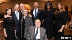 უმცროსი ჯორჯ ბუში (შუაში) მეუღლის დაკრძალვის დღეს, პრეზიდენტთა ოჯახების გარემოცვაში