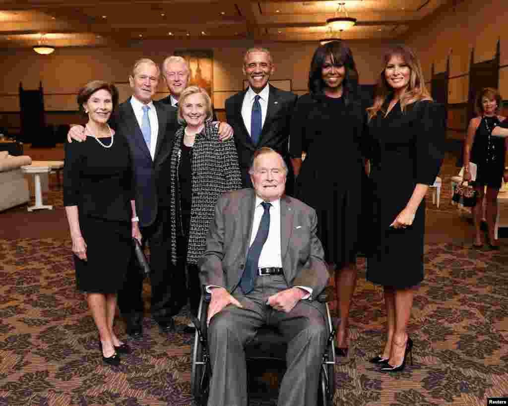 2018年4月21日,在前美國第一夫人芭芭拉·布殊的葬禮上,前總統老布殊同前總統小布殊夫婦、克林頓夫婦、奧巴馬夫婦和美國總統夫人梅拉尼婭·特朗普合影。