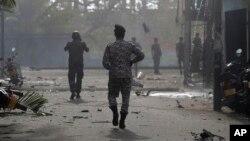 Bezbednosne snage Šri Lanke prilaze mestu eksplozije kombija parkiranog ispred crkve svetog Antonija u Kolombu, Šri Lanka, 22. aprila 2019.