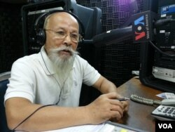 FILE: Mr. Lao Monghay, an independent Cambodian analyst discusses the verdict of crimes against humanity against former Khmer Rouge leaders Nuon Chea and Khieu Samphan at VOA Khmer's Hello VOA radio call-in show in Phnom Penh, August 7, 2014. (Lim Sothy/VOA Khmer)