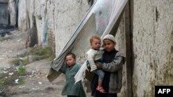 له ۵۰ سلنې ډېر افغانان په فقر کې ژوند کوي او ۴۴ سلنه یې صحي خوړو ته لاسرسی نلري.