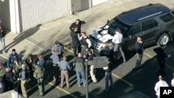 Hình ảnh từ video do đài Fox 31 Denver quay các cảnh sát tại trường trung học Arapahoe ở Colorado, nơi xảy ra vụ nổ súng, 13/12/2013