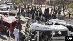Hiện trường vụ nổ bom tại một trạm xe buýt ở Peshawar, Pakistan, ngày 23/2/2012