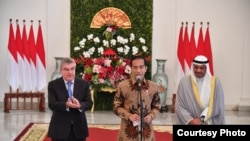 Presiden Joko Widodo (tengah) memberikan keterangan kepada pers bersama Presiden Komite Olimpiade Internasional (IOC) Thomas Bach (kiri) dan Presiden Komite Olimpiade Asia OCA, Syeikh Ahmad Al-Fahad AL-Sabah (kanan), di Istana Kepresidenan di Bogor, Sabtu