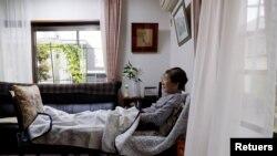 En la foto de archivo Yasuda Toyoko (95), que tiene cáncer de estómago y demencia, mira televisión en la sala de estar de la casa de su hija en Tokio, Japón.