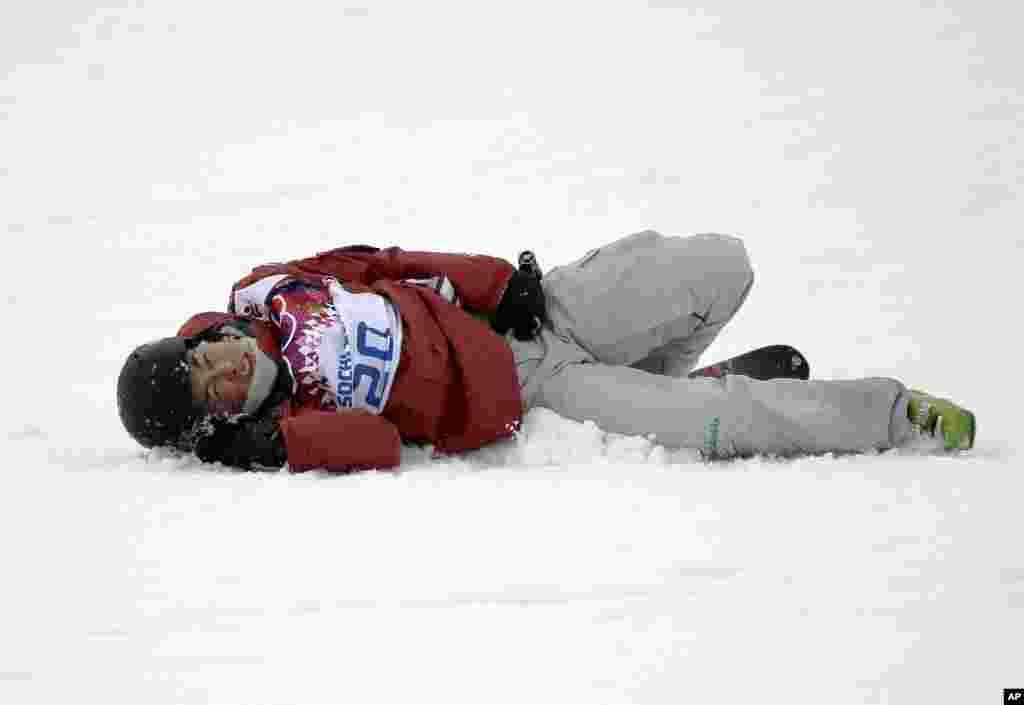 Qadınlar arasında sərbəst xizəksürmə yarışlarının finalı zamanı yıxılan kanadalı Yuki Tsobota - Soçi, 22 fevral 2014