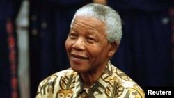 Photo d'archives - Nelson Mandela se prépare à lancer un ballon de basket-ball avec les Harlem Globetrotters dans le cadre des célébrations de son anniversaire, le 4 Juillet 1997.