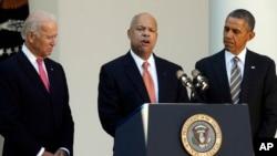Jeh Johnson, centro,es el elegido por el presidente Barack Obama para reemplazar en el puesto a Janet Napolitano. Durante la presentación oficial en la Casa Blanca estuvieron acompañados por el vicepresidente Joe Biden.