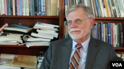 乔治华盛顿大学国际事务学院政治学教授纳尔(Henry Nau)接受美国之音采访。2018年4月18日