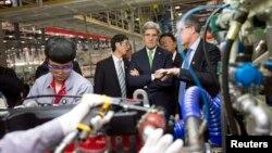 Ngoại trưởng Mỹ John Kerry tham quan nhà máy Foton Cummins Engine ở Bắc Kinh, 15/2/2014