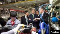 Menlu AS John Kerry (tengah) saat mengunjungi pabrik mesin Cummins Foton di Beijing (15/2).