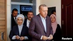 Erdogan iyo xaaskiisa Amina oo soo gaaray goobta codbixinta