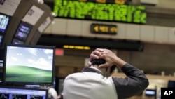 Wani dan kasuwa a kasuwar sayar da hannayen jarin Dow Jones.