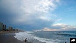 Bãi biển Virginia Beach, một thắng cảnh nổi tiếng của bang Virginia thu hút nhiều khách du lịch.