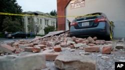24일 미국 캘리포니아주 나파에서 지진으로 벽돌이 무너져 내린 모습.